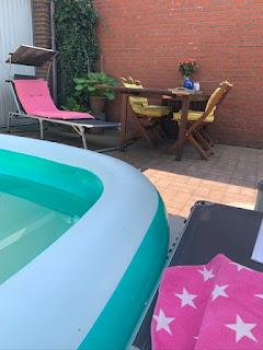 zwembad en ligbedjes in de tuin