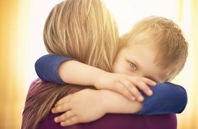 فوائد العناق للطفل