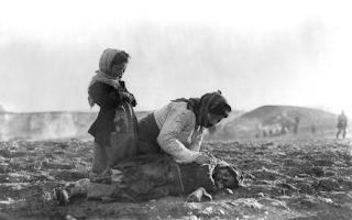 perempuan tua yang menangis di samping mayat