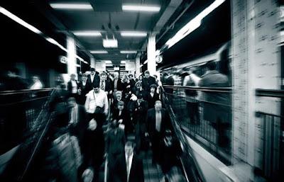 άνθρωποι σε σταθμό