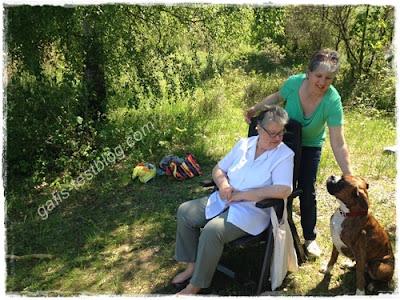Spass am See mit Mama und Hund