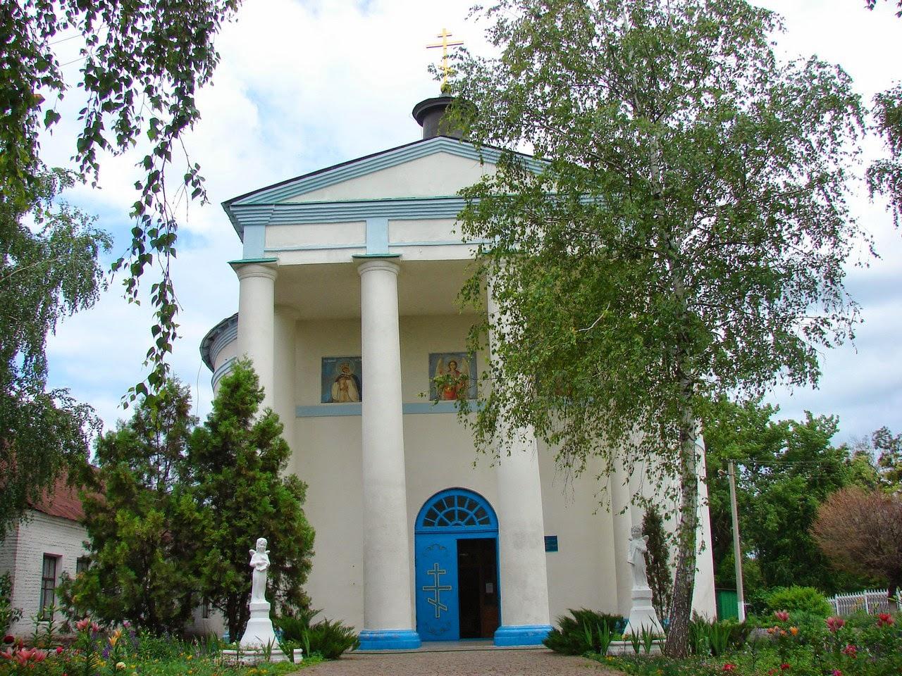 Вход в церковь в селе Ракитное