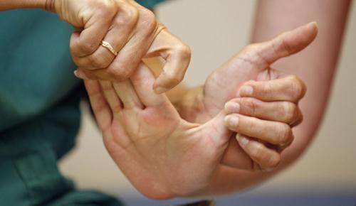 Terapi Pemulihan Tangan Sederhana Di Rumah Pasca Stroke