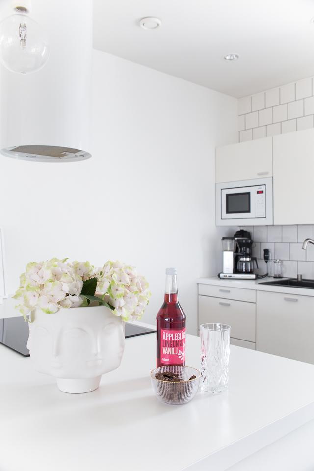 keittiö, hortensiat, dora maar maljakko, valkoinen keittiö