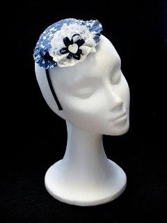 Sombrerito flores azules y blancas