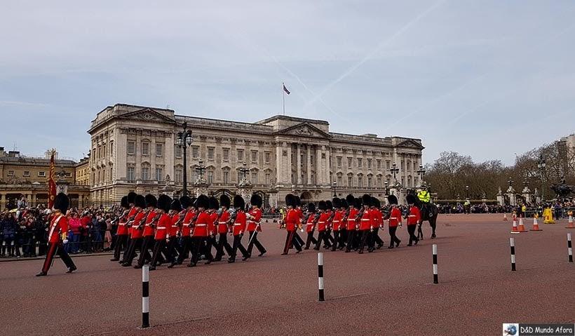 Guardas reais durante cerimônia da troca de guarda em Londres