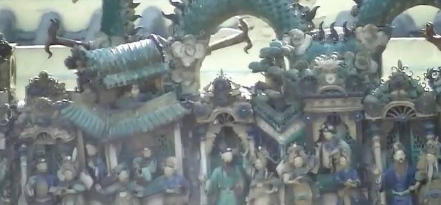 trên nóc chùa trang trí hình lưỡng long tranh châu