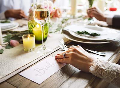 Mesa de boda con la novia en primer plano