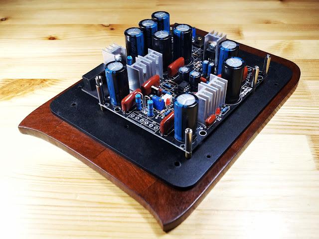 Электроника самодельного усилителя установленная на основание копруса