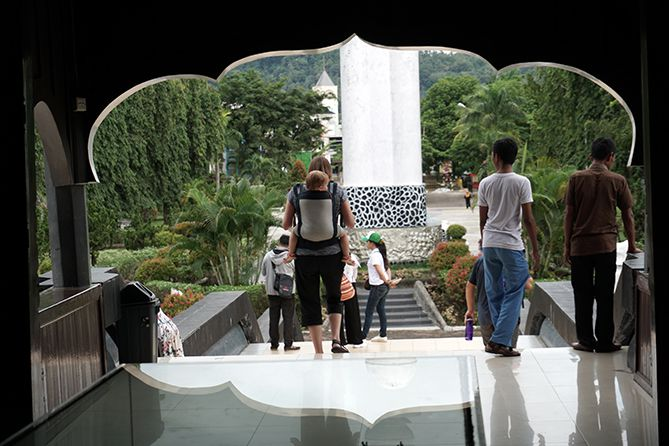 Wisatawan manca selepas mengunjungi museum bersama anaknya