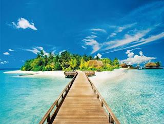 солнечный остров в океане и деревянный мост
