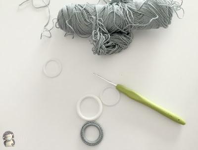 Utensilios para collar plateado a crochet