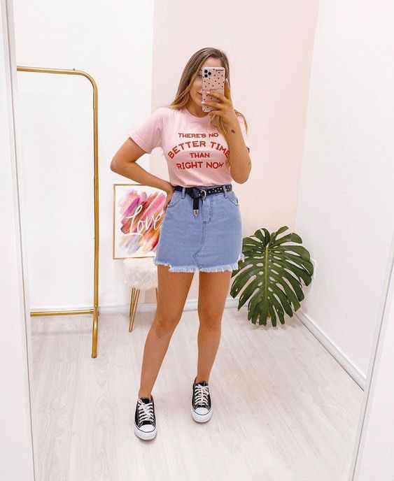 Saia jeans e t-shirt: o duo básico que é super cool