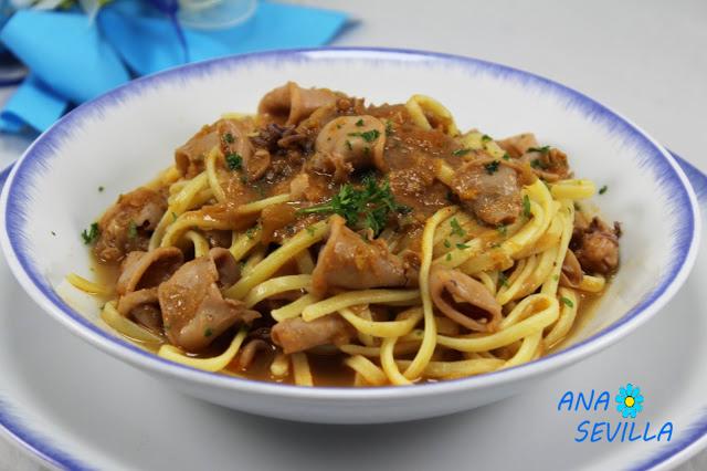 Espaguetis con chipirones encebollados