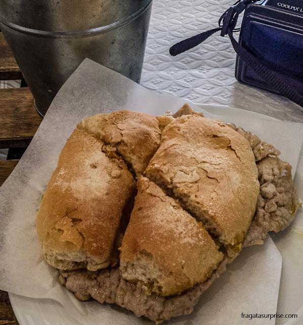sanduíche típico de Portugal: bifana