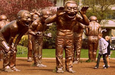 Estatuas de personas riendo