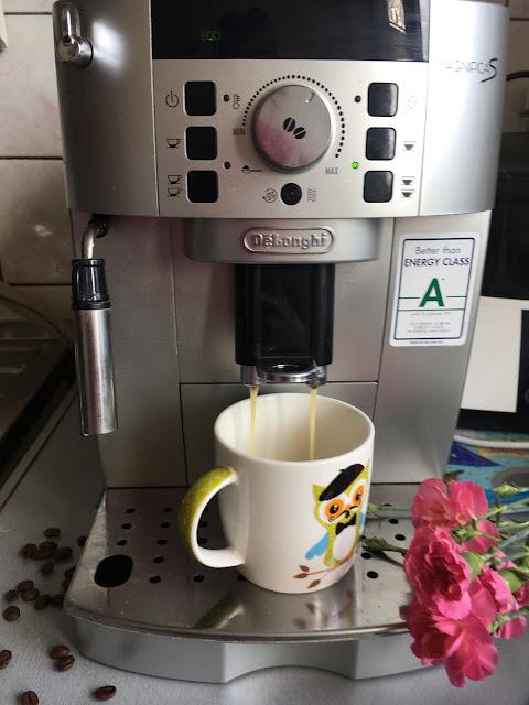 ekspres delonghi magnifica kawa czarna z mlekiem