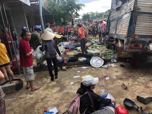 Thảm khốc: Xe tải lao vào chợ, người ϲhết và bị Τhương nằm la liệt