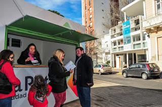 Instalan una oficina de información turística frente a la Casa Curutchet