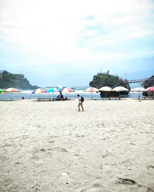 Pantai Siung, Panorama Pasir Putih dan Tebing Raksasa