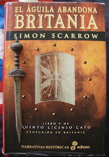 Portada del libro El águila abandona Britania, de Simon Scarrow