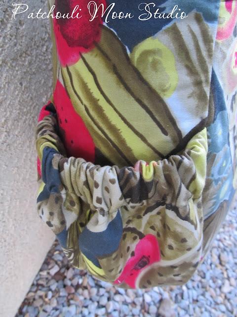Closer look at the side elastic pocket.