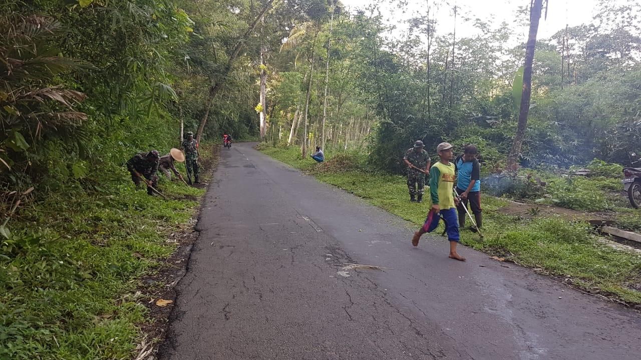 Plumbangan Anggota Koramil 0808/13 Doko Bersama Warga Masyarakat Melaksanakan Karya Bakti