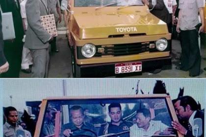 Presiden Soeharto sedang mencoba menghidupkan mesin Toyota Kijang generasi pertama (KF10)