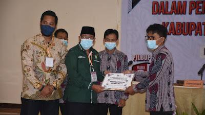 PENETAPAN: KPUD Lombok Utara menyerahkan dokumen hasil pleno penetapan bupati dan wakil bupati terpilih.
