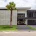 Retrofit de fachada de casa com esquadrias pretas e placas de concreto - veja o antes e depois!