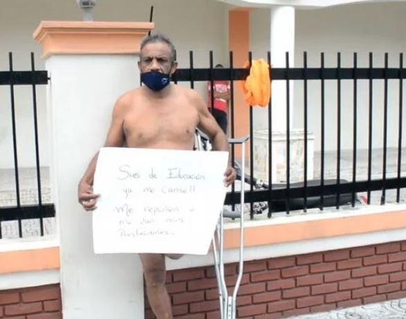 Portero protesta desnudo exigiendo el pago de prestaciones laborales