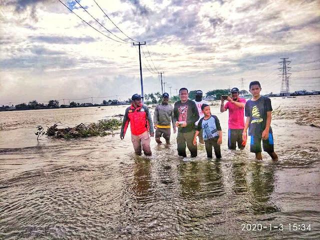 Obon Tabroni Datangi Korban Banjir di Sembilangan dan Buni Baru Babelan