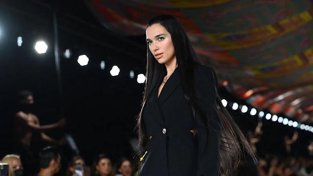 Dua Lipa debutta con un'importante trasformazione dei capelli sulla passerella di Versace