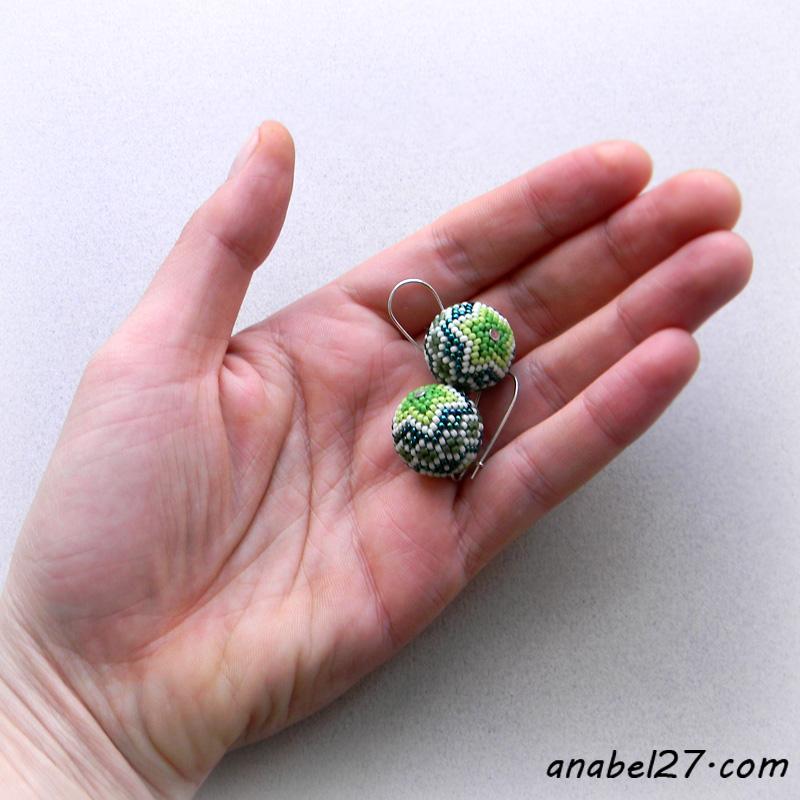 Маленькие серьги-шарики в зеленых тонах - 221 / 365