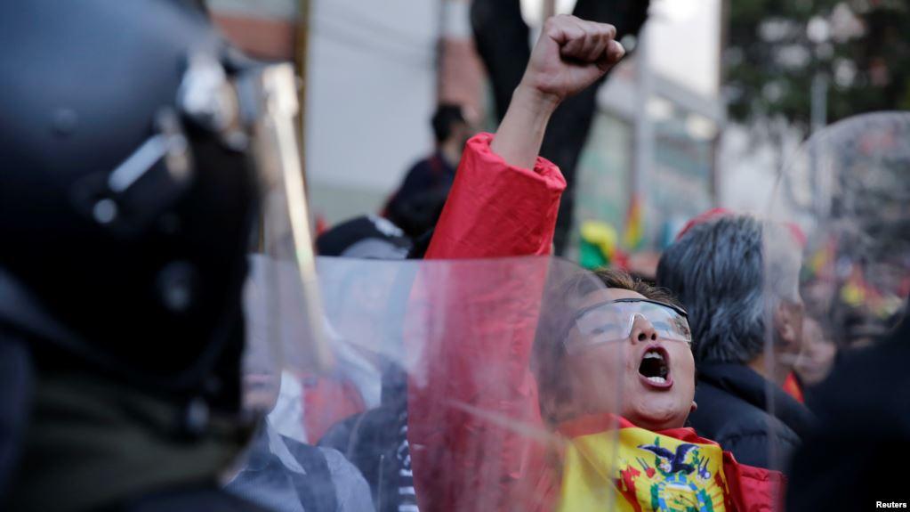 Manifestante gesticula durante una protesta en La Paz, Bolivia, el 22 de octubre de 2019 / REUTERS