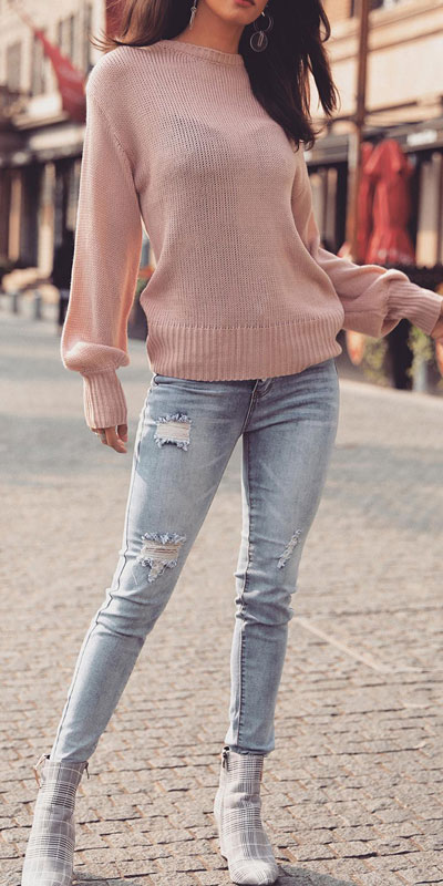 Knitted outfits are versatile pieces that adapt to every woman's style. Mix up your style with these 25 Charming Knitwear to Keep You Stylish and Warm. Winter outfits via higiggle.com | pink sweater + jeans outfits | #knit #winter #fashion #sweater