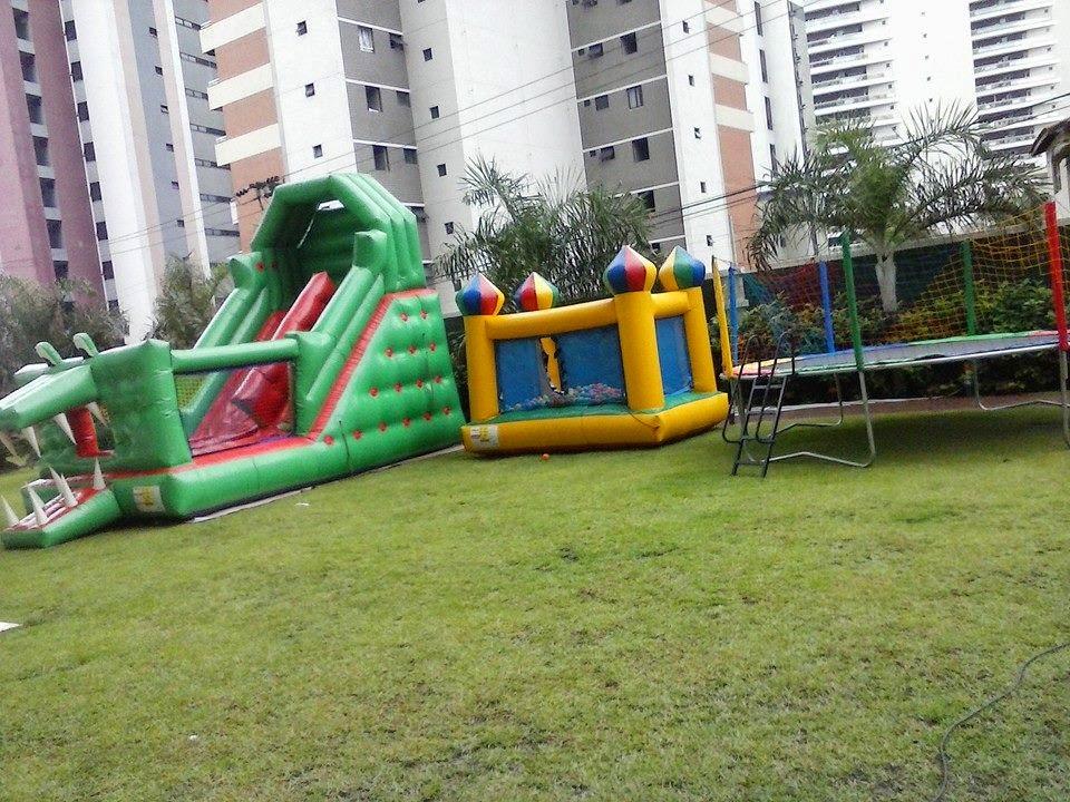 aluguel de brinquedos infláveis, cama elástica e piscina de bolinhas em um evento em fortaleza