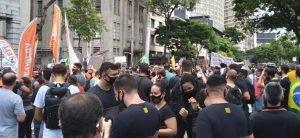 Manifestantes ocupam via em BH contra fechamento do comércio