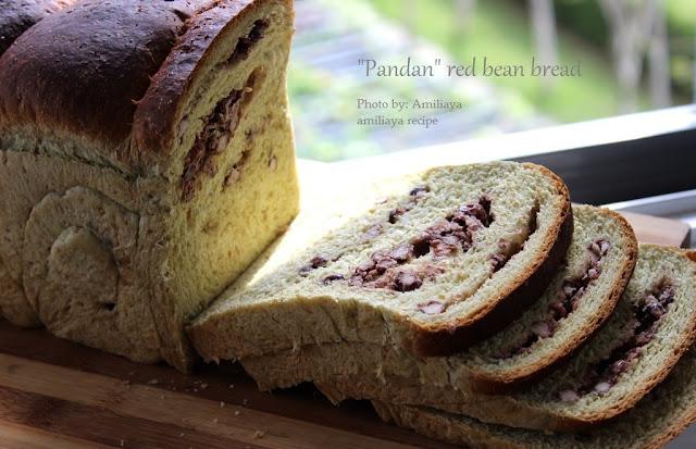 """Pandan"" red bean bread 香兰红豆面包"