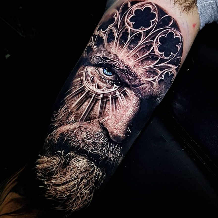Foto de un tatuaje de anciano vikingo con ojos azules