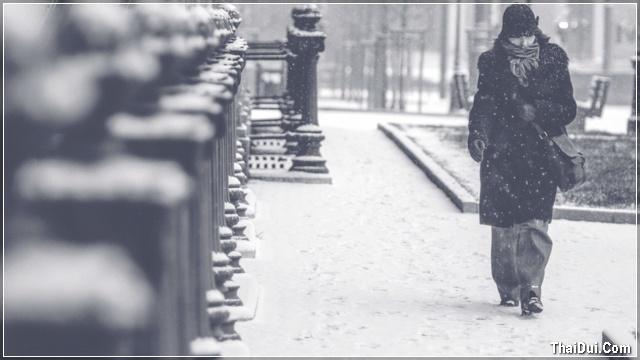 ảnh cô gái đi dưới tuyết rơi mùa đông