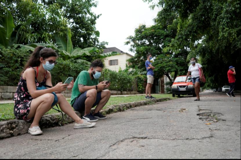 Las personas se conectan a Internet en un punto de acceso en un parque público en La Habana, el miércoles 14 de julio de 2021 / REUTERS