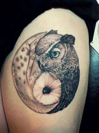 Coruja temáticos Yin Yang tatuagem. A tatuagem mostra duas corujas na presença um do outro, representando o símbolo do Yin Yang, enquanto, aparentemente, abraçando uns aos outros.
