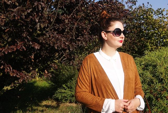 jesienna stylizacja z jeansami i brązami wdzianko z frędzlami zamsz