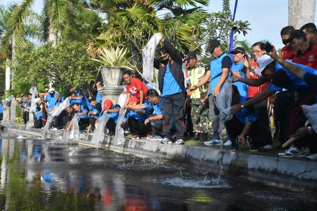 Peringati Hari Nusantara, Wabup Artha Dipa Restocking Benih Ikan