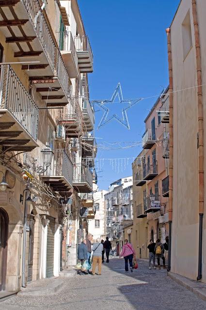 Sycylia w grudniu, Cefalu, widok na ulice, Włochy