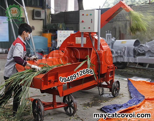 Kỹ thuật viên đang vận hành Máy băm cỏ công suất lớn 3A 9RC-130