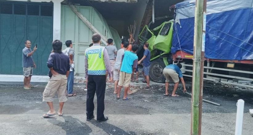 Lupa Netralkan Persneling, Truk Tabrak Ruko di Kaligondang