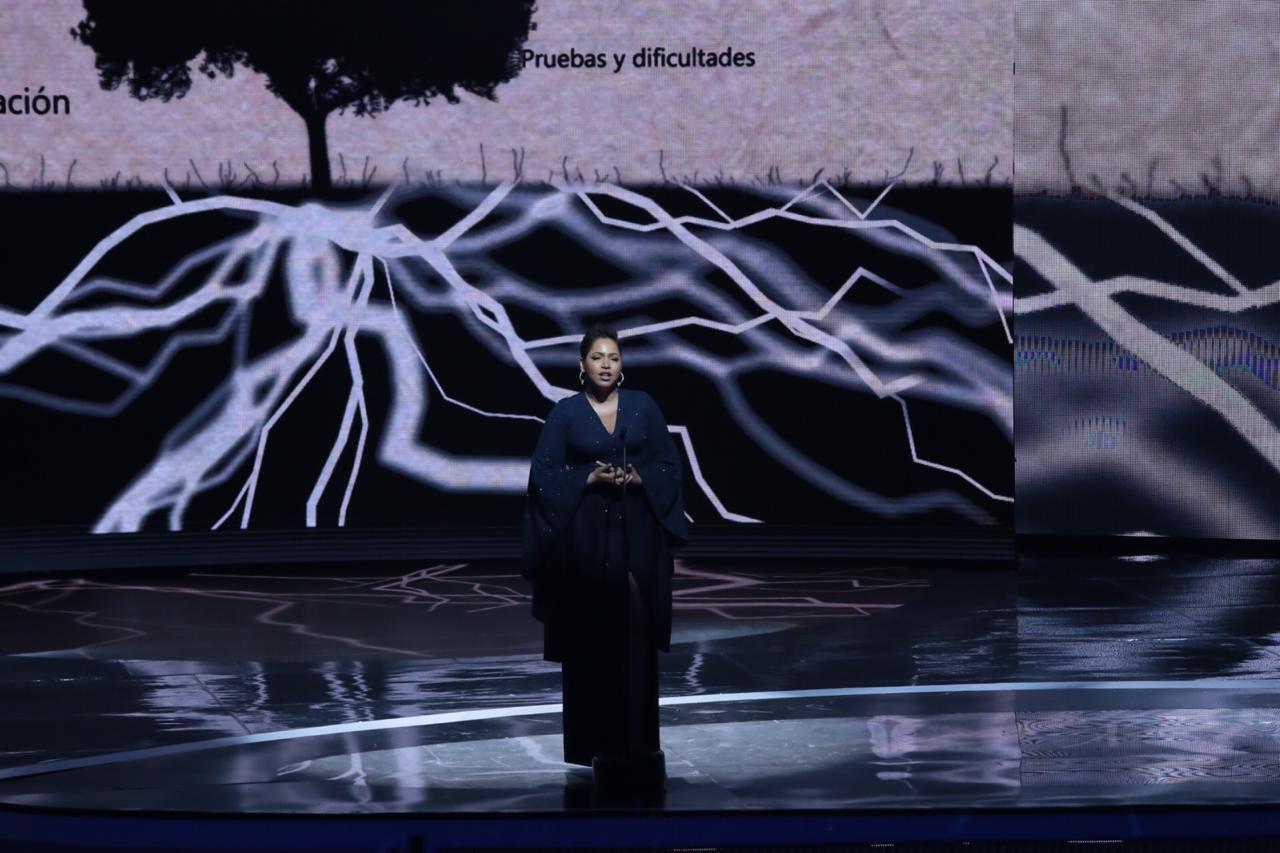 Juliana Oneal sorprende al salir al escenario de Premios Soberano
