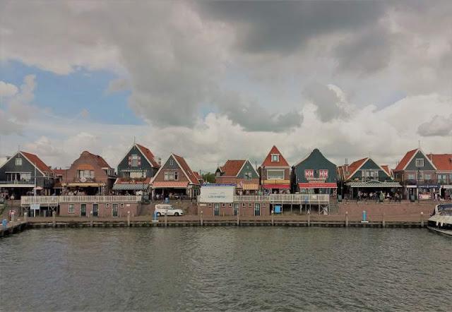 passeggiata lungo il porticciolo di Volendam